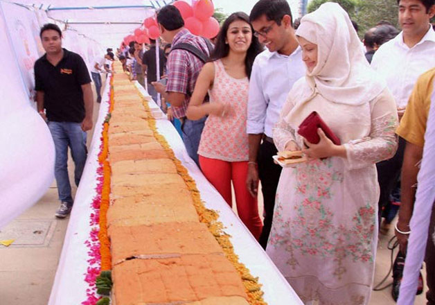 Gurgaon restaurant makes world's 'longest' vada pav, creates a world record